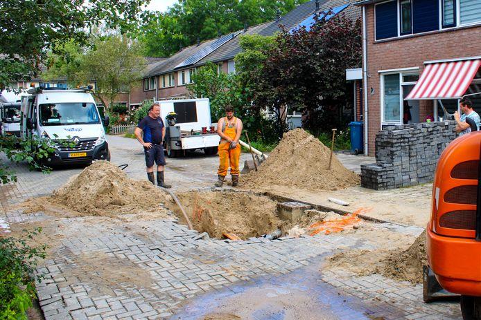 Het gat in de weg van de Bronsgietersdonk in Apeldoorn, waarschijnlijk veroorzaakt door een waterlekkage.
