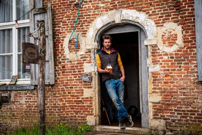 Bartel Van Riet in de inkomdeur van 'Den Herberg' in Grobbendonk