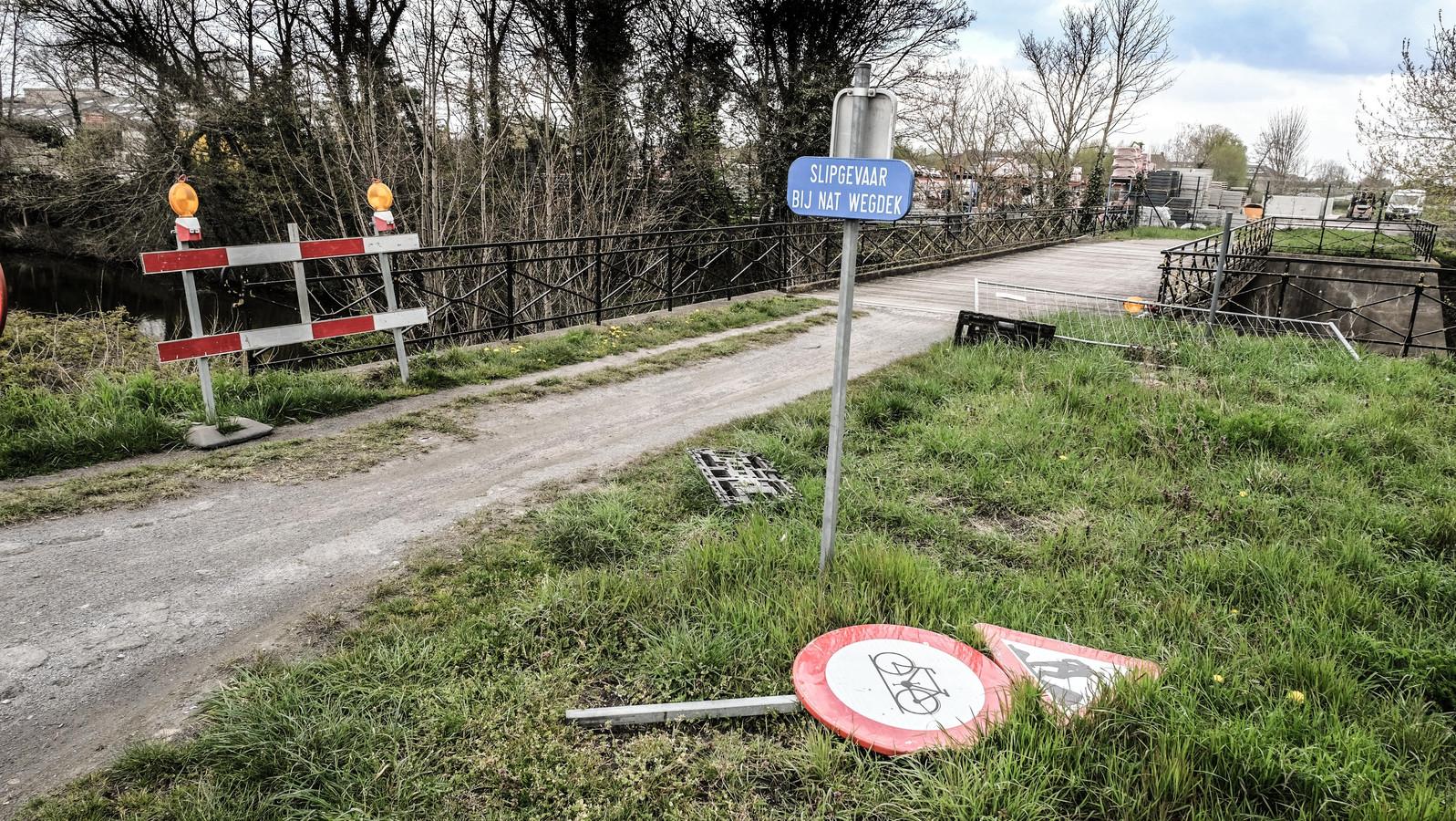 De  fietsbrug over het kanaal, ter hoogte van de Vrijbosroute, wordt vernieuwd.