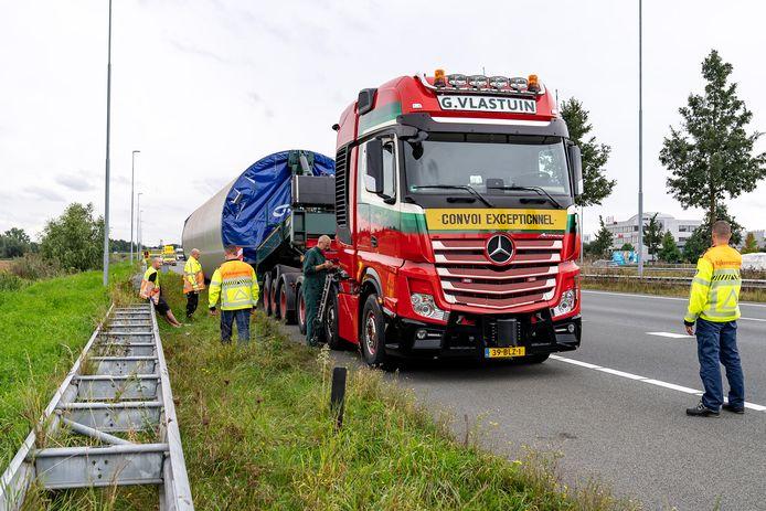 Een vrachtwagen die een deel van een windmolen vervoerde, kreeg maandagmiddag een klapband op de A2 bij Rosmalen.