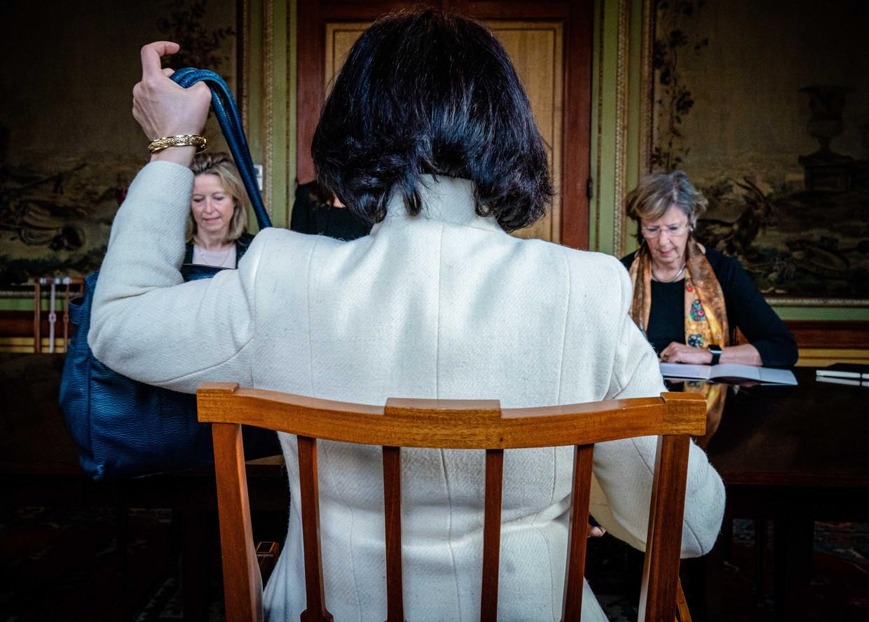 Kajsa Ollongren (links) van D66 en Annemarie Jorritsma van de VVD krijgen in de Stadhouderskamer, uit handen van kamervoorzitter Khadija Arib de opdracht om als verkenners aan de slag te gaan.  Beeld Bart Maat/ANP