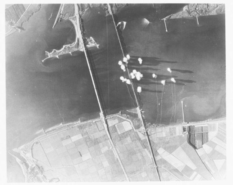 Geallieerd bombardement op de Moerdijkbruggen, oktober 1944. Beeld BeeldbankWOII, Niod