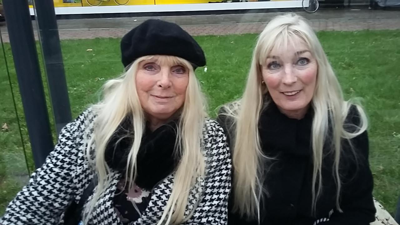 Antoinette Ritzer (l) en Thea Ritzer blijven donderdag in Elst om te shoppen.