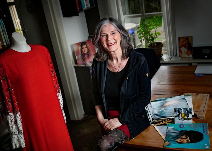 Lenny Kuhr thuis in Nederwetten, met de rode songfestivaljurk die ze droeg tijdens haar winnende optreden in 1969.