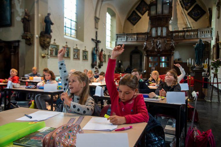 De parochiekerk van Wetteren-ten-Ede doet dienst als klaslokaal voor het 3de leerjaar.