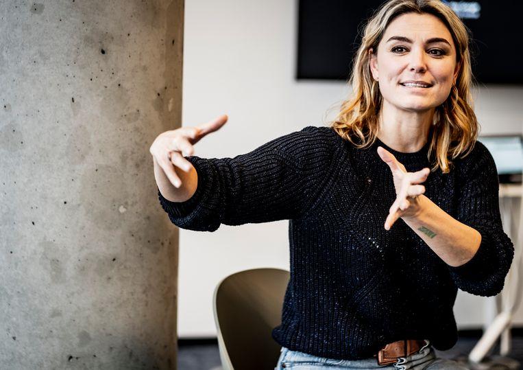 Evi Hanssen: 'Nadat we samen naar 'Help! Mijn borsten staan online' hadden gekeken, zei de jongste dochter van mijn lief: 'Amai, Evi, zo goed dat je dat hebt gemaakt: het is exáct wat er bij de jeugd speelt.'' Beeld Diego Franssens