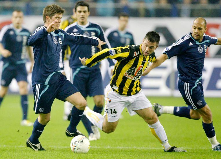 Vitessespeler Theo Janssen in duel met Klaas-Jan Huntelaar (l) en Gabri, januari 2008. Beeld ANP