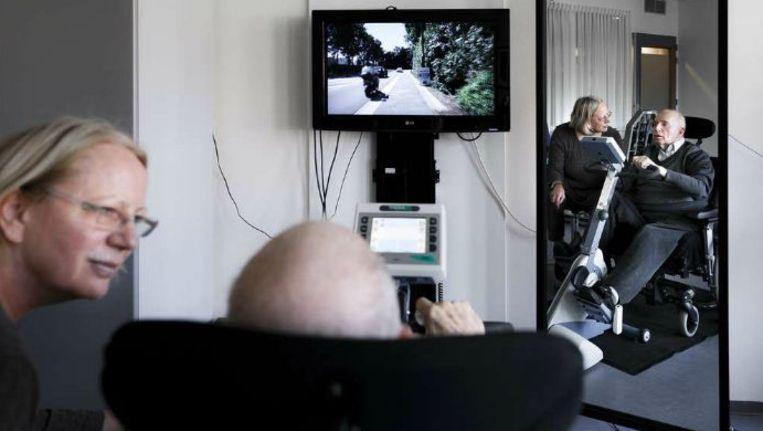 In verpleeghuis Valkenheim fietst een bewoner vanuit zijn rolstoel virtueel door de straten van Valkenburg de Cauberg op. Beeld Roger Dohmen