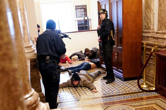 Agenten houden demonstranten onder schot in het Capitool