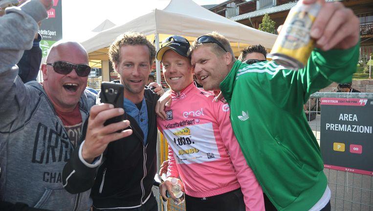 Steven Kruijswijk, trots in het roze, poseert met fans na het winnen van de 15e etappe van de Giro D'Italia. Beeld ap