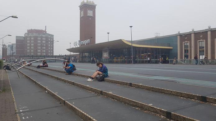 Wachtende reizigers op station Nijmegen.