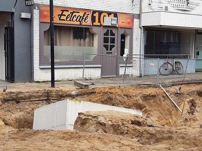 Een duiker in de weg en enkele rioleringsbuizen zijn beschadigd door de omgevallen kraan in Ede.