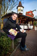 Stefanie van Hezik staat met haar oliebollenkraam op het Dorpsplein in Diepenveen.