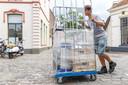 Bezorgers hebben het niet makkelijk op de stenen van de Markt in Hattem (archieffoto).