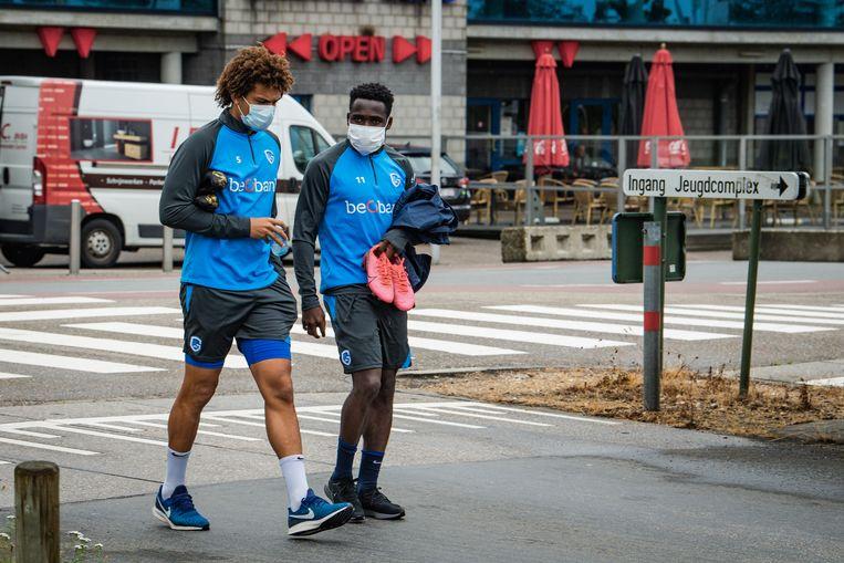 De spelers van Racing Genk  begeven zich vandaag naar het trainingsveld.