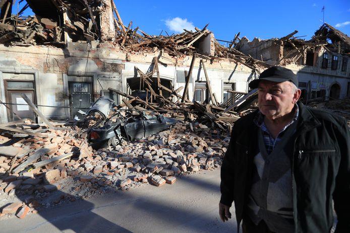 Een inwoner van Petrinja overziet de enorme schade in de plaats.