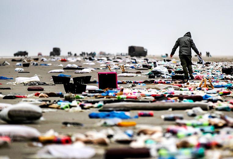 Het strand van Schiermonnikoog ligt op 4 januari 2019 bezaaid met spullen afkomstig van containers uit het vrachtschip MSC Zoe. Het vrachtschip verloor ruim 340 containers voor de kust van de Waddeneilanden. Beeld Remko de Waal
