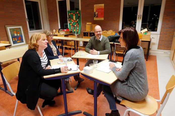 Leden van schoolbestuur Goo evalueren de 17 kandidaten. Vlnr. Karin van den Berkmortel, Wilmine van der Horst, Argo van den Bogert en Femke Verhaaren.