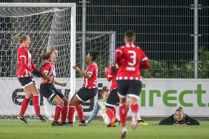 PSV viert de treffer met tweede van links doelpuntenmaakster Katja Snoeijs.