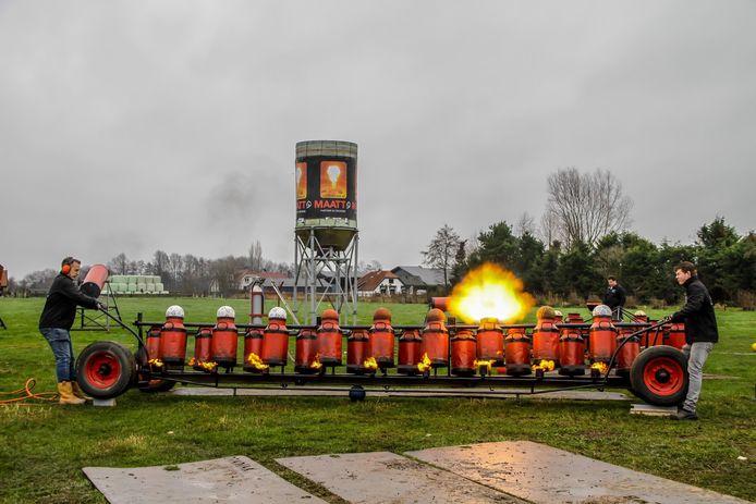 Het jaarlijkse carbidevenement tijdens oud en nieuw in Nijkerkerveen.