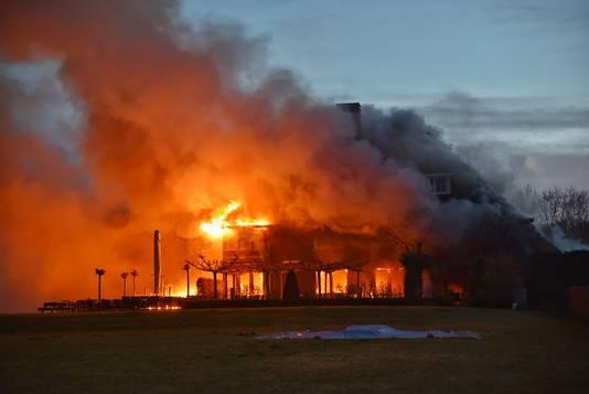 De uitslaande brand bij Etenstijd in Tilburg.