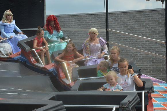 De prinsessen probeerden ook de Rock A Bidule-rups uit.