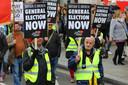 Gele hesjes-demonstranten in de straten van Londen, zaterdag. Duizenden Britten protesteerden, in navolging van de Fransen.