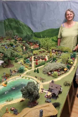 "IN BEELD. Mieke (58) en Jan (60) maken miniatuurversie van Hobbitdorp uit Lord of the Rings: ""Voor een exacte kopie is ons huis te klein"""