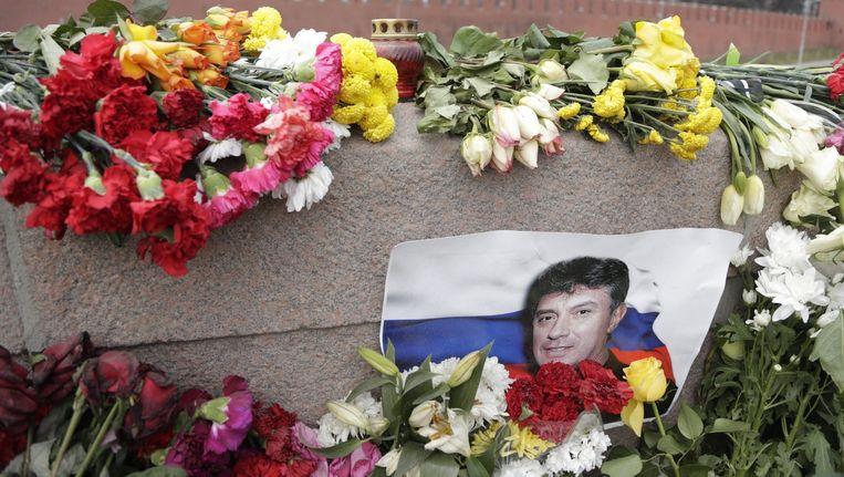 Een portret van Boris Nemtsov in de bloemenzee (donderdag 12 maart) op de plek waar hij is doodgeschoten. Beeld epa