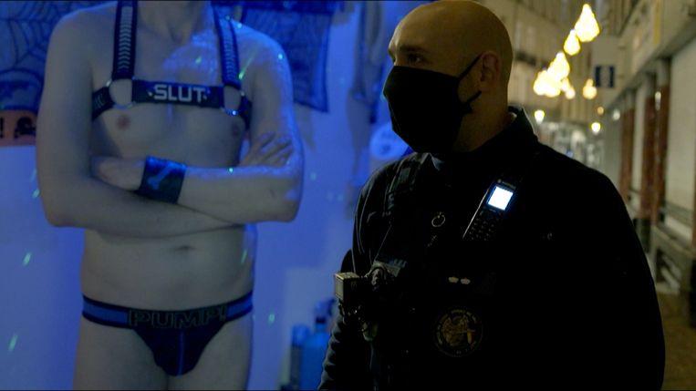'Flikken BXL' was aanwezig toen de politie binnenviel op het seksfeestje dat het Hongaarse Europarlementslid József Szájer zijn politieke carrière kostte. Beeld Bargoens