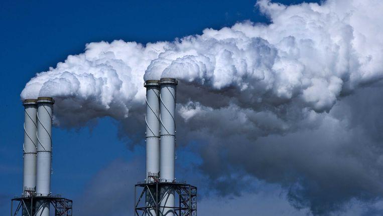 Rook stijgt op uit een energiecentrale in Rotterdam. Beeld anp