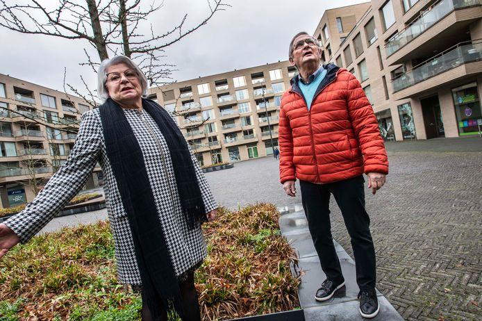 Mieke van Akkerveeken (l) en Jacques van Riel zijn blij met de aanpassingen in hun buurt.