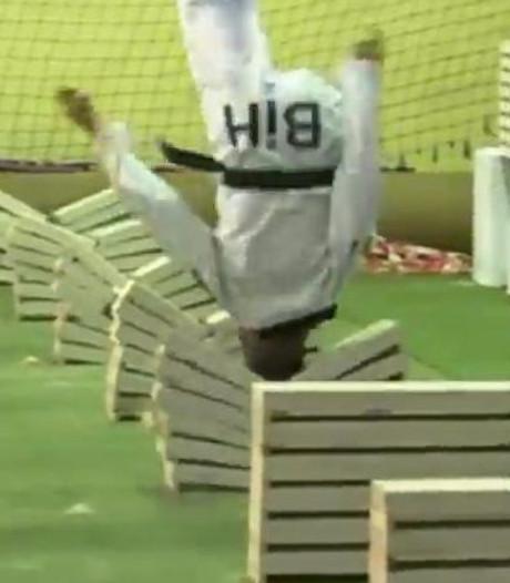 Jongen maakt 111 stenen kapot met zijn hoofd en breekt wereldrecord