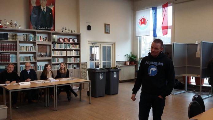 Michael van den Berg van Nijmegen Rechtsaf in het stembureau aan de Citroenvlinderstraat in Nijmegen tijdens de Gemeenteraadsverkiezingen in 2017. Op de achtergrond het portret van  Alparslan Türkeş.