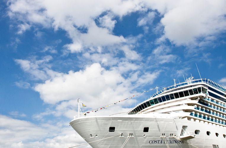 Het cruiseschip de Costa Luminosa is nu onderweg naar Marseille. Het is onduidelijk of alle opvarenden daar het schip kunnen verlaten nu Frankrijk op slot is.  Beeld ANP