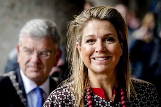 Koningin Máxima met op de achtergrond burgemeester Jan van Zanen.