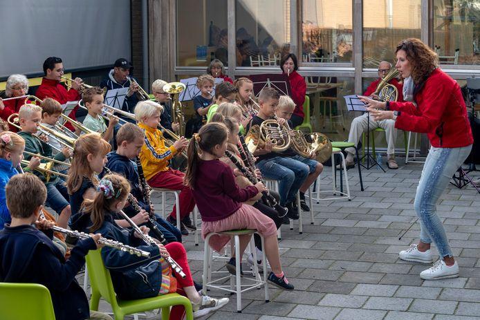 Kinderen van basisschool de Biezenhof maakten deel uit van een echt orkest.