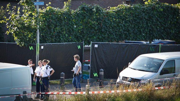 Afzettingen bij de woning in het Gelderse dorp Kekerdom waar drie lichamen zijn gevonden. Beeld anp