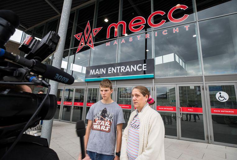 22 juni 2018: een leerling van VMBO Maastricht en zijn moeder worden geïnterviewd over het eindexamendebacle. Beeld Harry Heuts