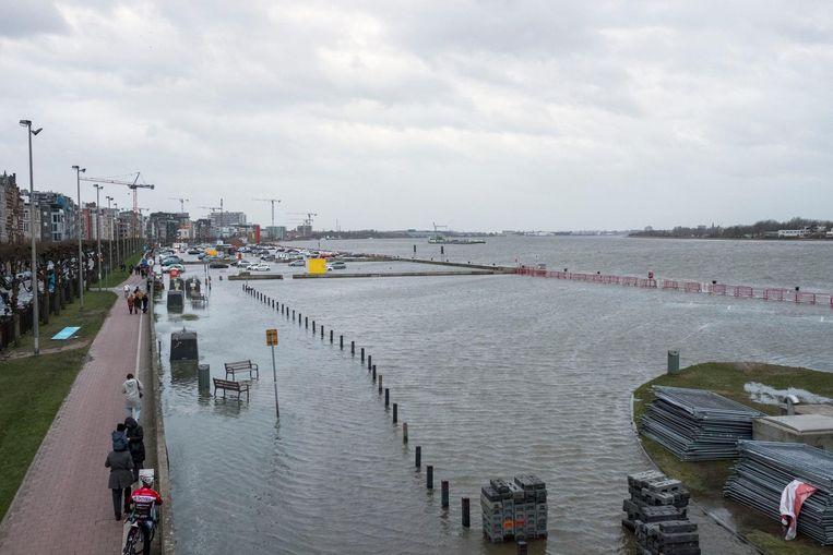 De Schelde was gisteren een tijdlang tientallen meters breder. De zone achter de waterkeringsmuur liep helemaal onder water.