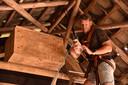 Jochem Sloothaak bij een nestkastje met een steenuil.