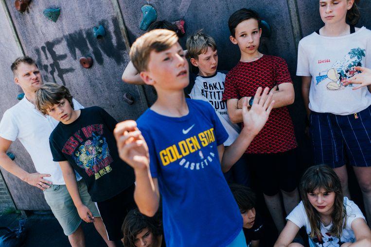 Viggo en zijn klasgenoten van OBS De Weidevogel op het schoolplein. Een still uit de documentaire-serie Klassen. Beeld Jean Counet
