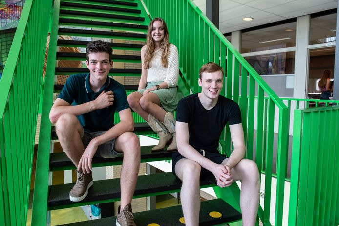 Drie geslaagden uit klas havo 5f van mentor Erik Schilder van de KSE in Etten-Leur:  (vlnr) Thomas Post, Roos Verheijen en Ralph van Sundert.