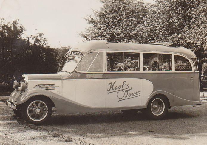 De eerste bus van Dortje van Hoof, een GMC uit 1920 met twintig zitplaatsen.