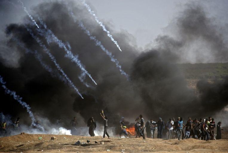 De betogers worden met traangas bestookt door de Israëliërs.  Beeld AFP