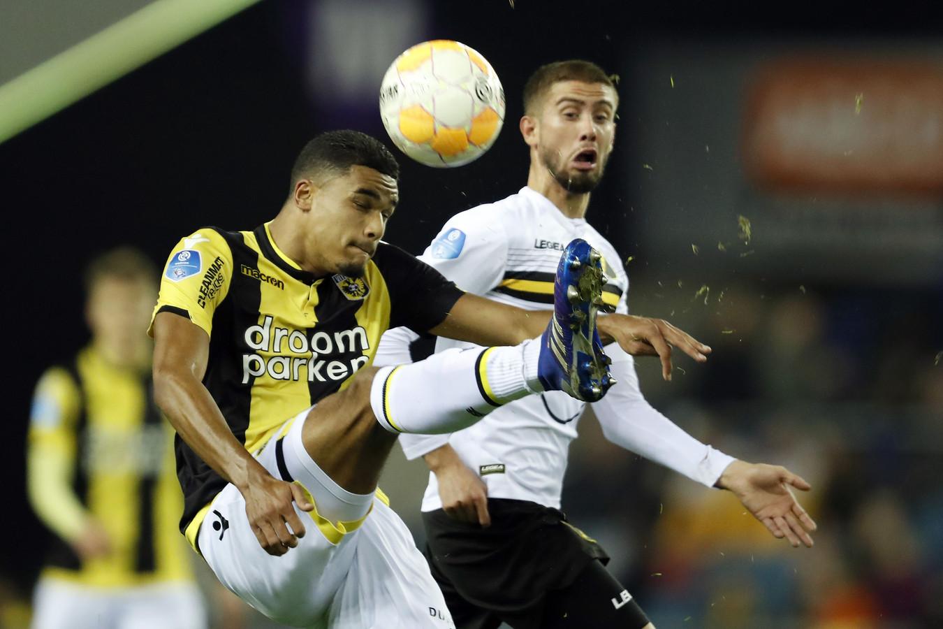 Danilho Doekhi (links) in duel met Ramon Pascal Lunqvist van NAC Breda. De Amsterdammer keert terug in de basis van Vitesse.