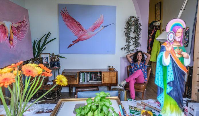 Mónica Villarroel in haar rijhuisje. Centraal het schilderij dat komende zondag online geveild wordt.