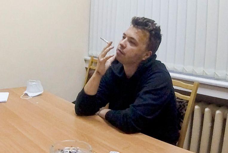 Een screenshot van een gesprek in de gevangenis met Pratasevitsj dat woensdagavond is uitgezonden.  Beeld AP