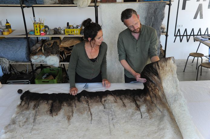 Miriam de Vos en Eduard Walhout van het jonge bedrijf Stokpaard controleren de vilten bekleding voor hun akoestische wandpanelen.
