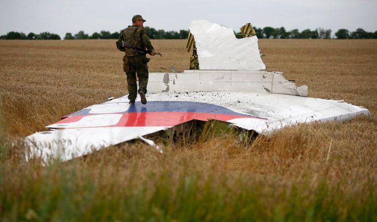 Een separatist bij een deel van de gecrashte Boeing. Beeld null